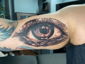 Duży tatuaż oko na ręce