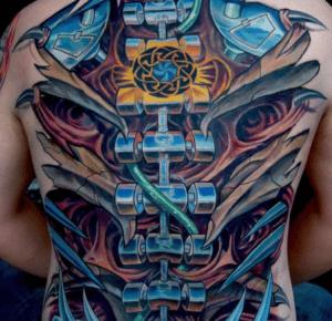 Kolorowy tatuaż biomechaniczny