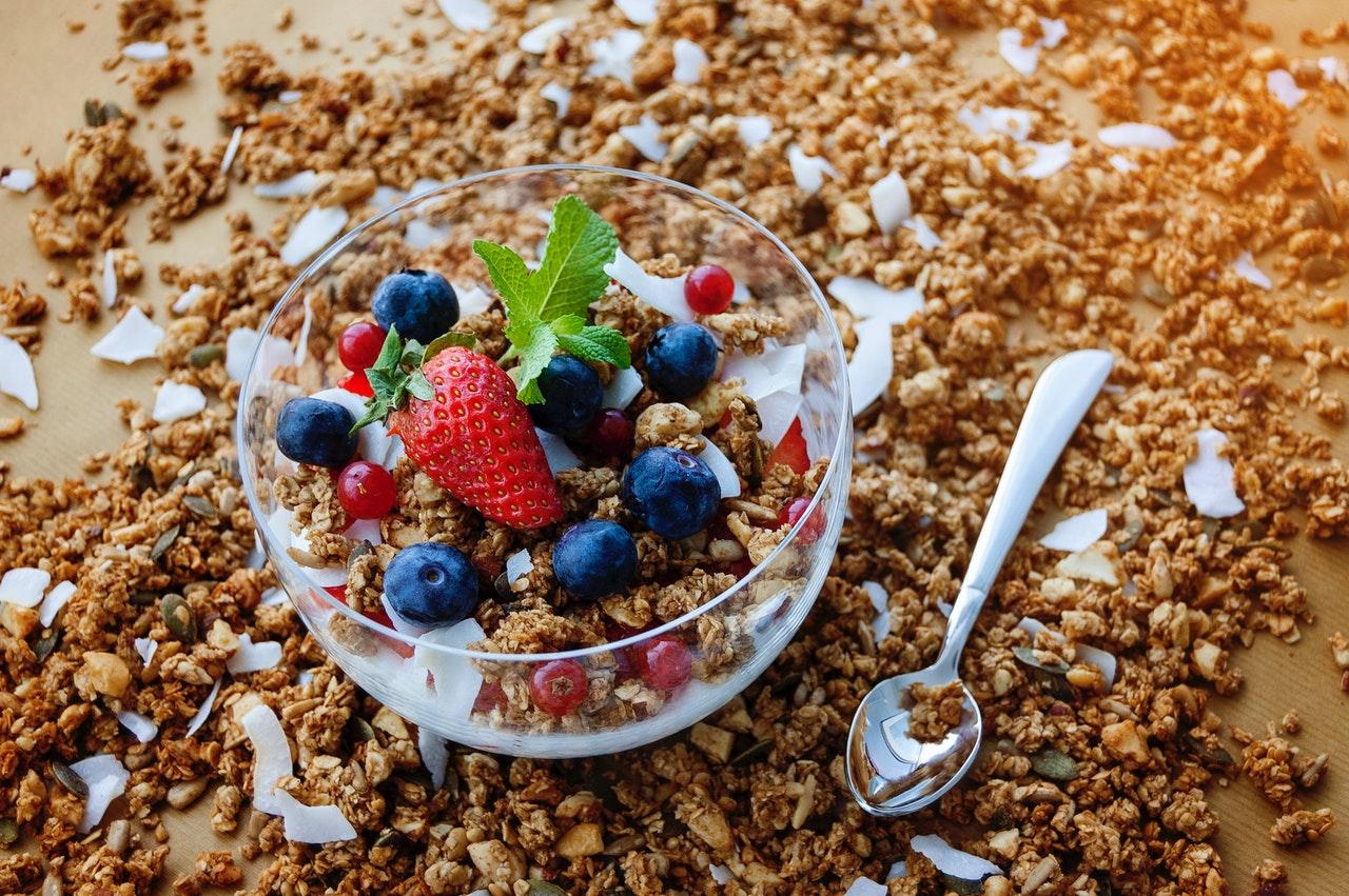 Płatki owsiane z jogurtem naturalnym i owocami w diecie intermittent fasting