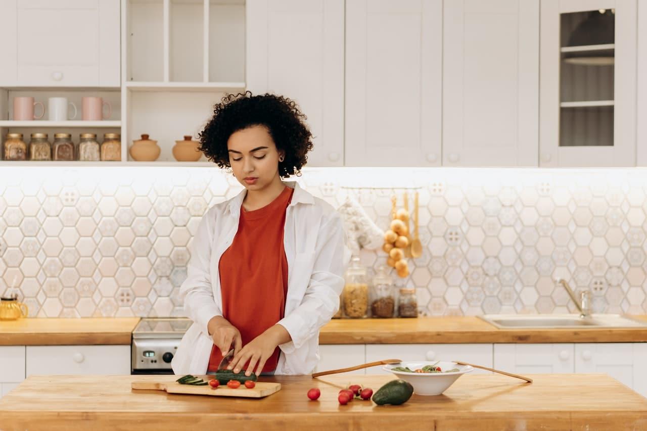 Kobieta przebywająca w kuchni, stosująca sietę dla mam karmiących piersią