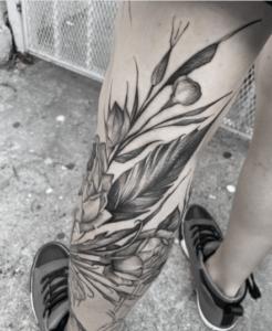 Czarny tatuaz na nodze