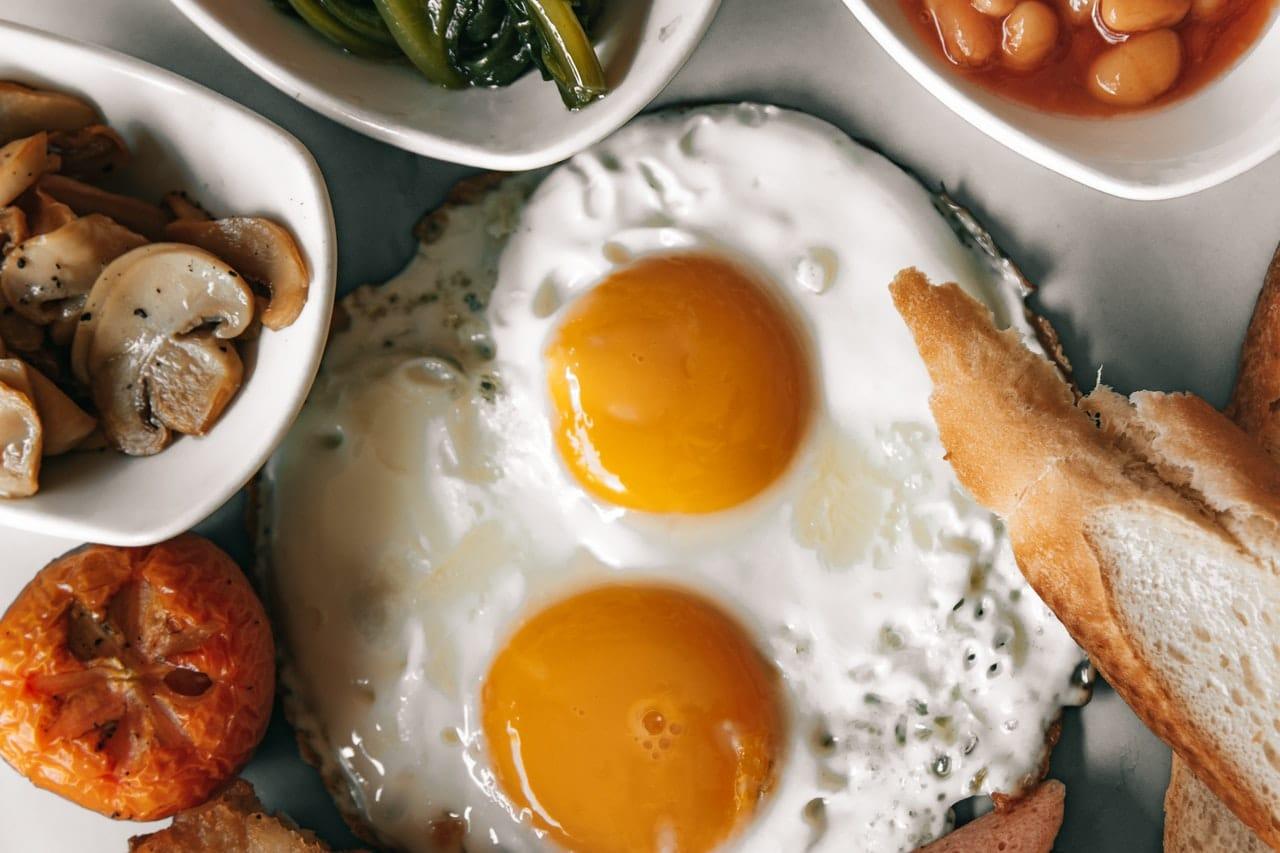 Jajka na śniadanie dla osób na diecie ketogennej