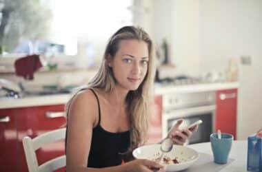 Kobieta jedząca śniadanie w formie płatków owsianych, stosująca dietę intermittent fasting