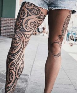 Kobiece nogi z tatuażami
