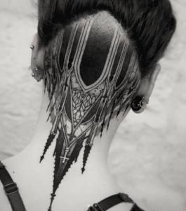 Kobieta z tatuażem na karku