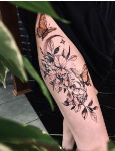 Kobieca noga z tatuażem
