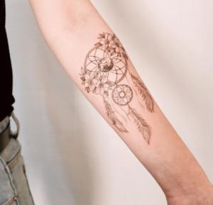 Kobiecy i delikatny tatuaż łapacz snów na ręce