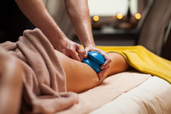 Kobieta poddająca się masażowi bańką chińską