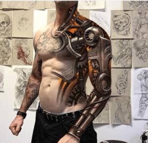 Mężczyzna z tatuażem biomechanicznym