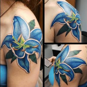 Niebieski lilia tatuaż