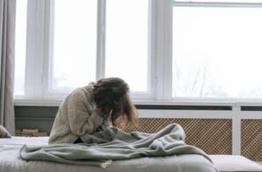 Kobieta z nieustającym bólem z prawej strony brzucha