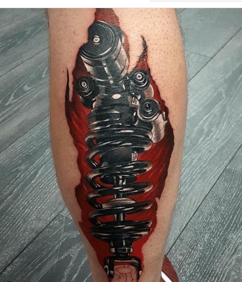 Tatuaż biomechaniczny na nodze - wzór śruba