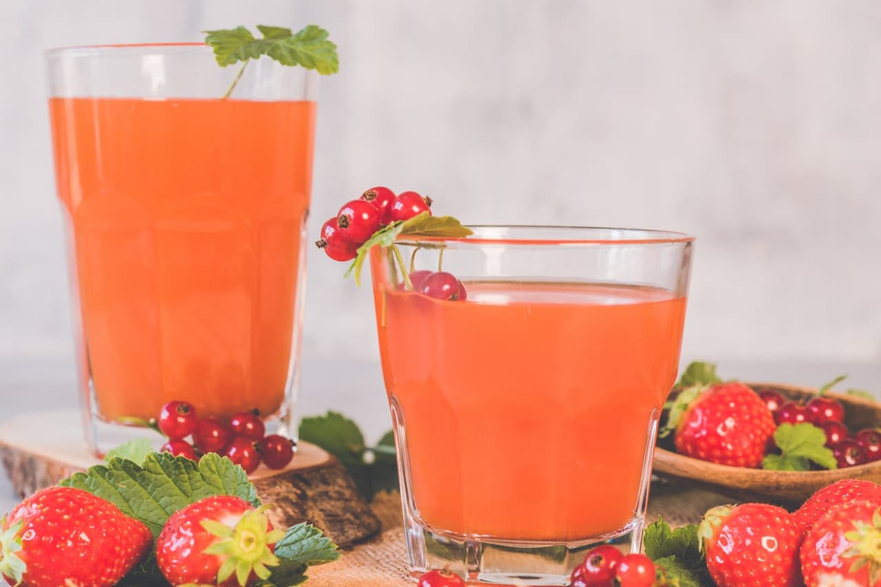 Świeżo wyciśnięty sok z owoców w diecie sokowej