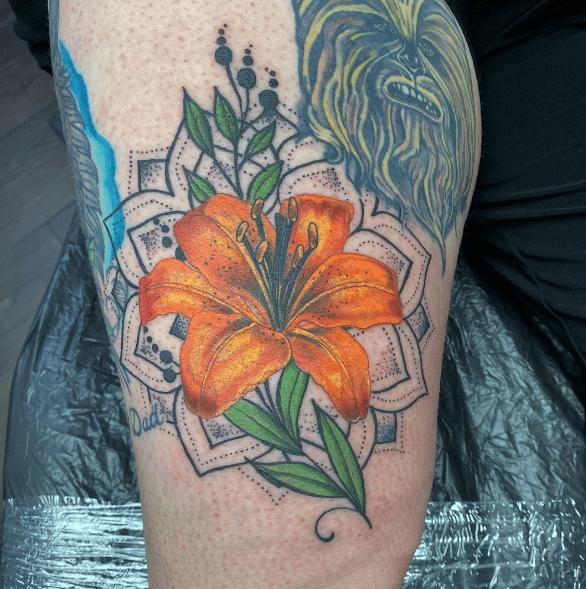 Pomarańczowa lilia jako tatuaż u mężczyzn