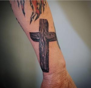 Tatuaż krzyż na ręce