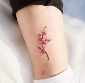 Kwiat wiśni tatuaż na kostce