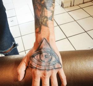 Tatuaż oko proroka na dłoni