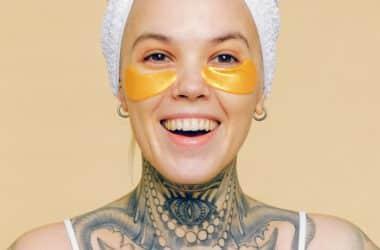 Kobieta z tatuażem oko na szyi