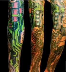 Tatuaże biomechaniczne kolorowe na ręce