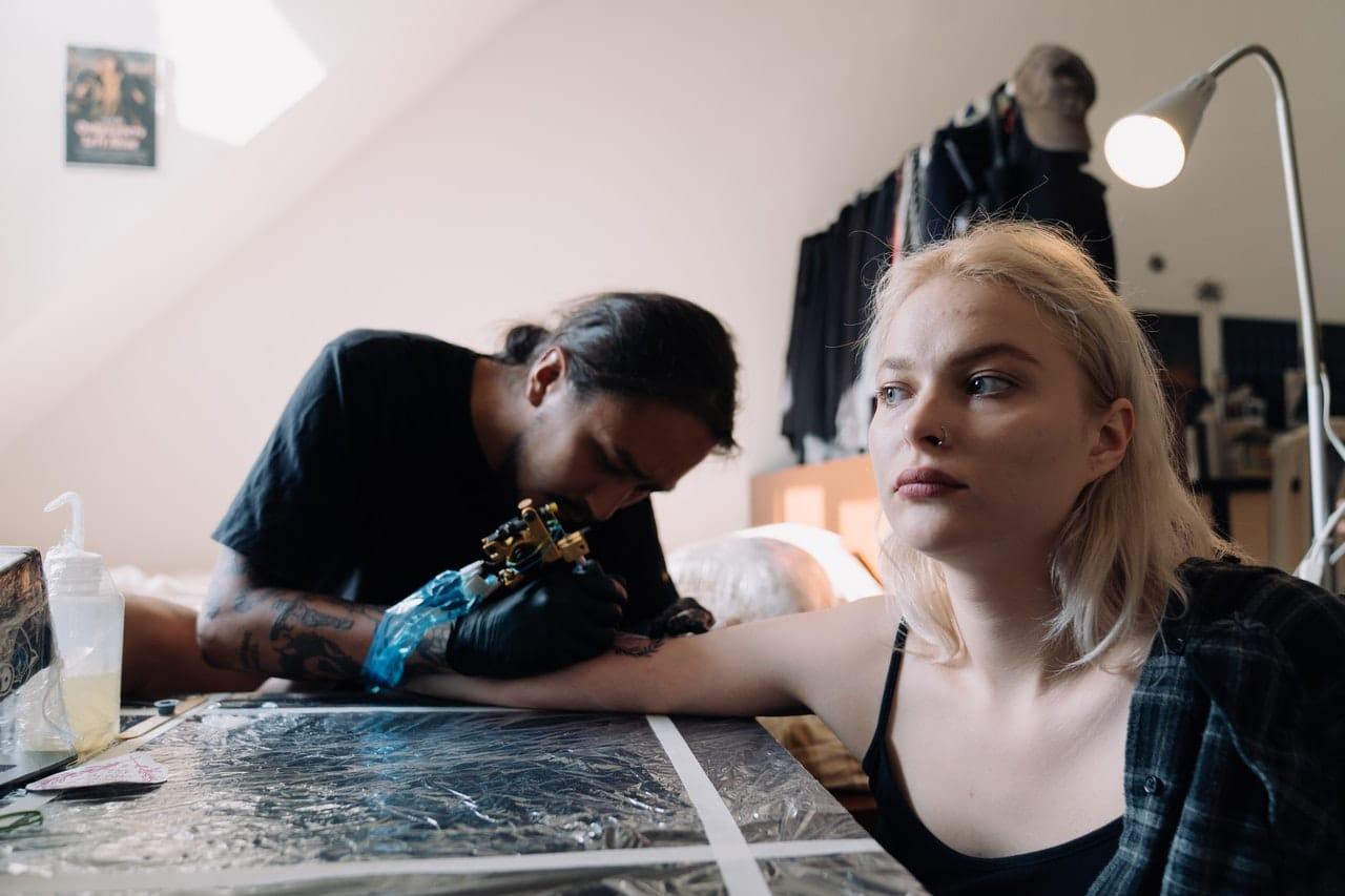 Uczulenie na tatuaż – czym się objawia i jakie mogą być dokładne przyczyny alergii na tatuaż?