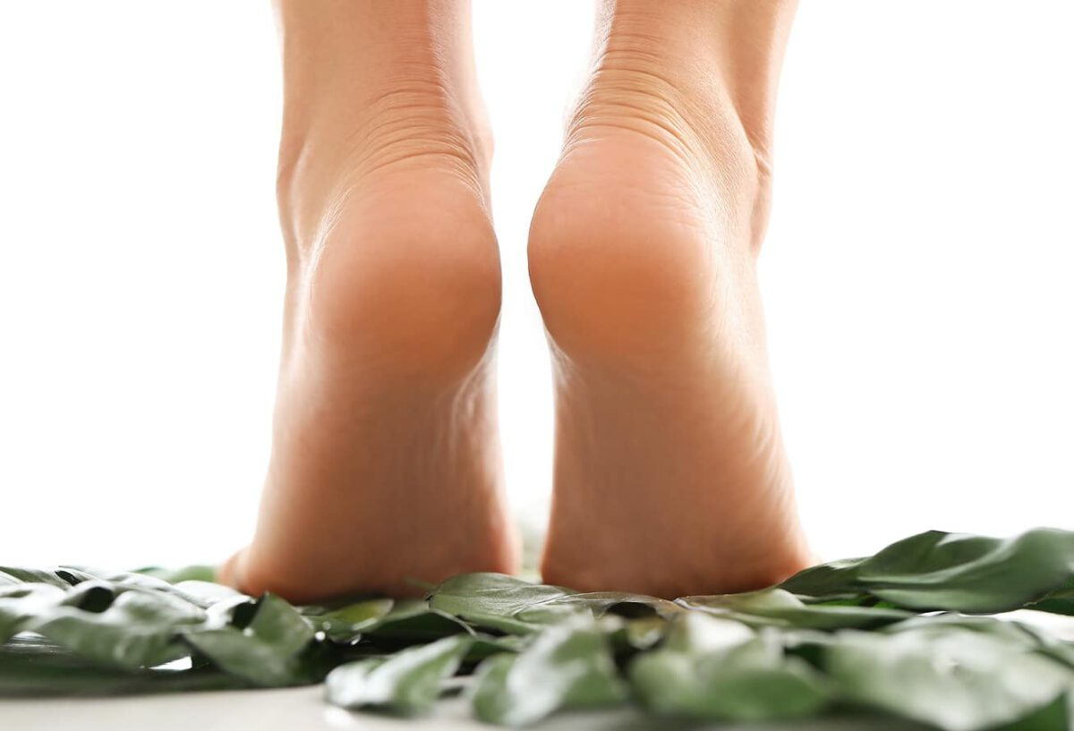 Stopy i ból pięty z tyłu u kobiety