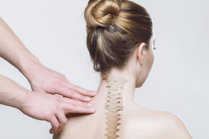 Kobieta z chorobami zwyrodnieniowymi kręgosłupa, poddająca się rehabilitacji