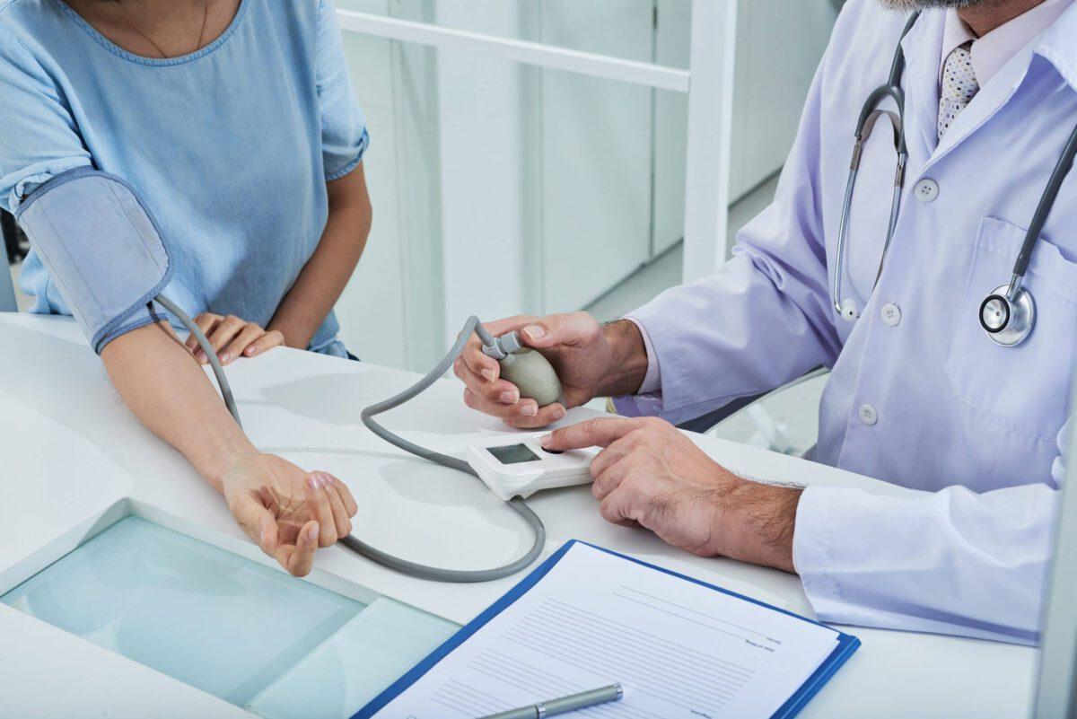 Lekarz badający pacjenta na nadciśnienie tętnicze