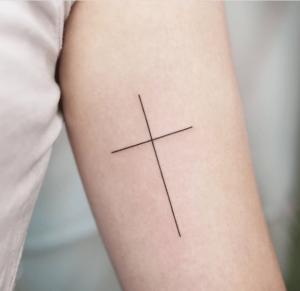 Kobiecy tatuaż krzyż chrześcijański