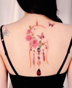 Inspirujący łapacz snów tatuaż na plecach kobiety