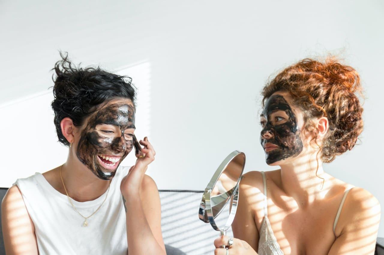 Domowa maseczka pielegnacyjna na twarzach kobiet