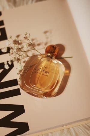 flakon perfum przy kwiatku