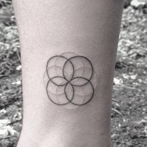 tatuaż handpoke na ciele