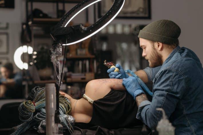 Tatuator wykorzystujący w swej pracy igły do tatuowania