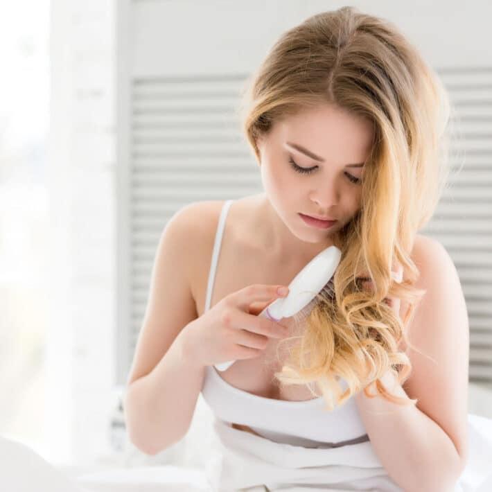 kobieta czyszczę włosy