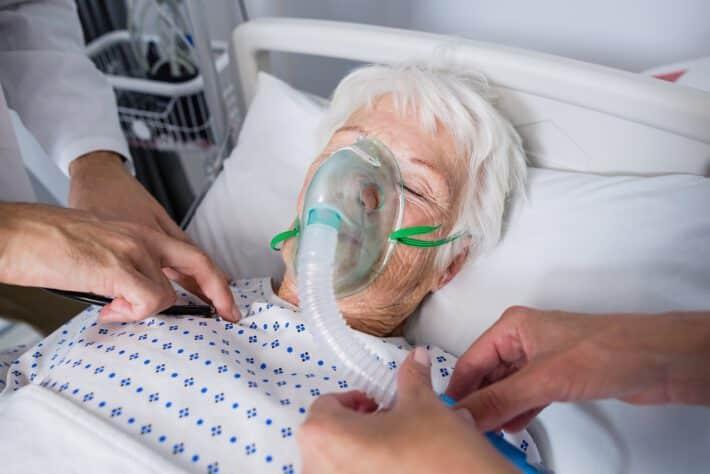 Kobieta leżąca w szpitalu pod tlenem, która zatruła się tlenkiem czadu