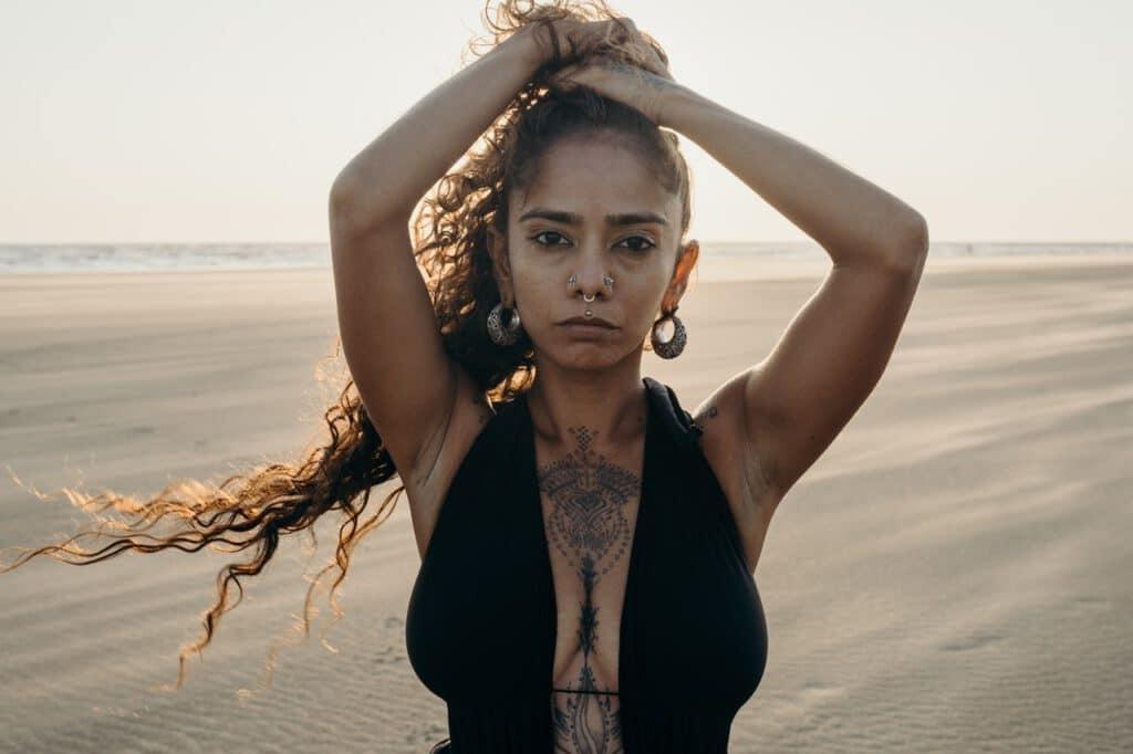 Kobieta z tatuażem na klatce piersiowej
