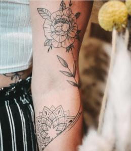 Delikatny tatuaż róża na ręce