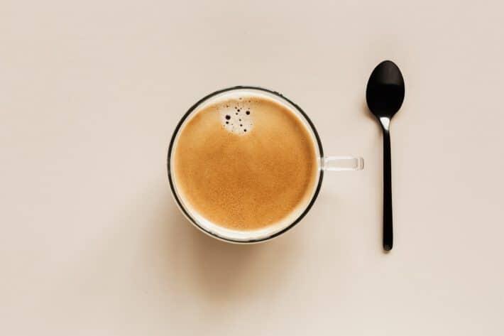 kawa z łyżeczką na stoliku