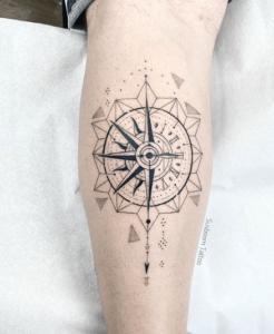 Tatuaz kompas u mężczyzny na ręce