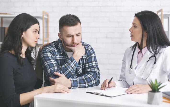 lekarz rozmawiający z rodzicami