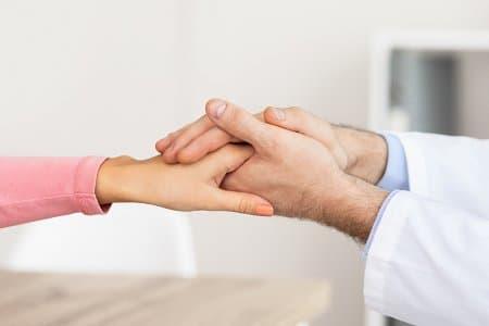 lekarz trzyma dłoń dziecka