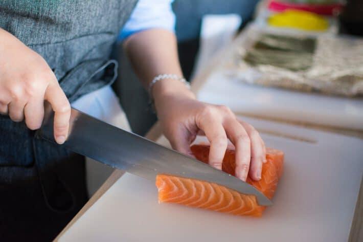 Kobieta przygotowująca łososia na diecie niskowęglowodanowej