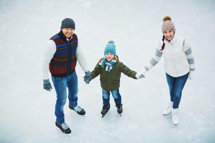 Dobrze przygotowani rodzice na łyżwach z dzieckiem