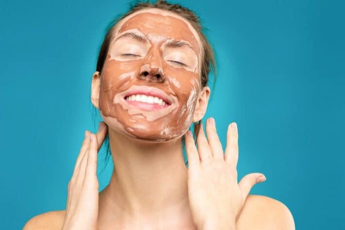 Kobieta z domową maseczką na twarzy