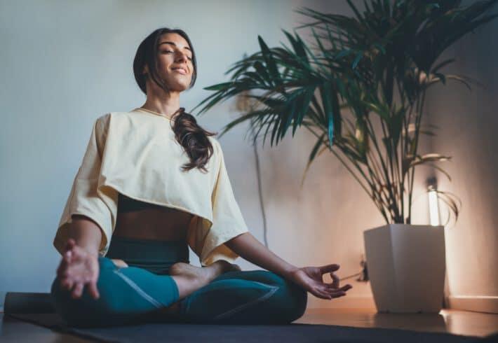 Młoda spokojna medytująca kobieta