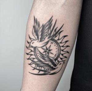 Tatuaż kompas męski