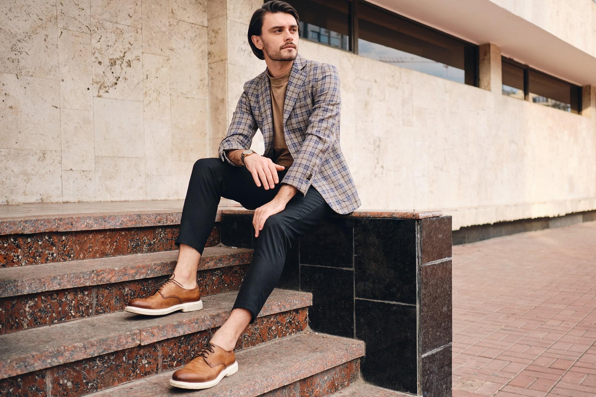 Koszulki męskie w oryginalnych stylizacjach – jak je nosić, by wyglądać modnie i stylowo?