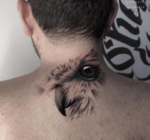 Mężczyzna z tatuażem na karku