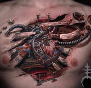 Biomechaniczny tatuaż na klatce piersiowej