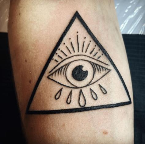 Tatuarz oko opatrzności na ręce